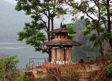 Hinduisk tempel för härlig Nepali på banken av en flod Royaltyfria Bilder