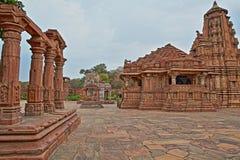 Hinduisk tempel i Menal, Rajasthan, Indien, med carvings i förgrunden Menal lokaliseras 54 km från Chittorgarh Royaltyfri Bild