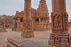 Hinduisk tempel i Menal, Rajasthan, Indien, med carvings i förgrunden Menal lokaliseras 54 km från Chittorgarh Arkivbilder