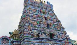 Hinduisk tempel med ett fint utsmyckat detaljerat tak royaltyfri bild