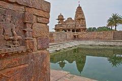 Hinduisk tempel med reflexioner på en handfat i Bijolia, Rajasthan, Indien Bijolia lokaliseras 50 km i väg från Bundi Arkivbild