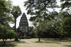 Hinduisk tempel mellan träd Arkivfoto