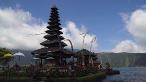 Hinduisk tempel på ön av Bali bratan danupuraulun stock video