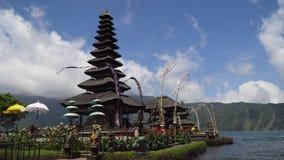Hinduisk tempel på ön av Bali bratan danupuraulun arkivfilmer
