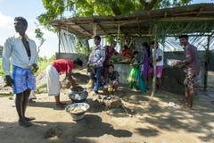 Hinduiska anhängare lagar mat ris framme av en tillfällig vägrentempel nära Pottuvil i Sri Lanka Fotografering för Bildbyråer
