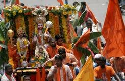 Hinduiska devotess tar en Hanuman Jayanthi Shobha Yatra, Hyderabad, Indien Royaltyfria Bilder