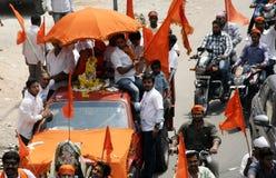 Hinduiska devotess tar en Hanuman Jayanthi Shobha Yatra, Hyderabad, Indien Royaltyfri Foto
