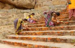 Hinduiska fantaster applicerar kumkuma till tempelmomenten arkivfoton