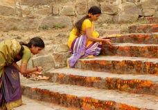 Hinduiska fantaster applicerar kumkuma till tempelmomenten fotografering för bildbyråer