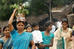 Hinduiska fantaster bär Bonam till templet royaltyfria bilder