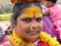 Hinduiska fantaster bär Bonam till templet fotografering för bildbyråer