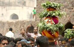 Hinduiska fantaster bär Bonam till templet royaltyfri bild