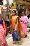 Hinduiska fantaster bär Bonamen till mahankalitemplet Arkivbilder