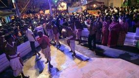 Hinduiska fantaster som dansar för den Charhak festivalen, för det välkomnande Bengali nya året 1424 arkivfilmer