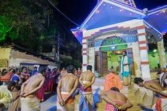 Hinduiska fantaster som dansar för den Charhak festivalen, för det välkomnande Bengali nya året 1424 Royaltyfri Fotografi