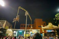 Hinduiska fantaster som hänger i luft, religiös festival royaltyfri fotografi