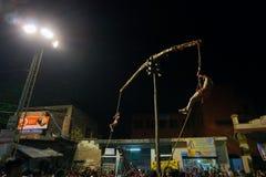 Hinduiska fantaster som hänger i luft, religiös festival fotografering för bildbyråer