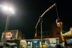 Hinduiska fantaster som hänger i luft, religiös festival royaltyfri bild
