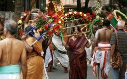 Hinduiska fantaster tar den swamy processionen av lord Subramanya, Hyderabad, Indien royaltyfri fotografi