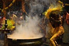 Hinduiska fantaster utför gurkmejabadningritualen under den årliga festivalen som rymms på den Amman templet royaltyfri foto