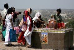 Hinduiska fantaster utför puja till lordsivaen som göras ut ur stenen arkivbild