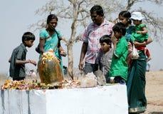 Hinduiska fantaster utför puja till lordsivaen som göras ut ur stenen royaltyfri foto