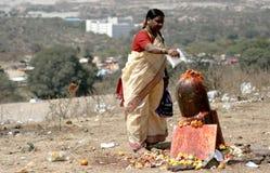 Hinduiska fantaster utför puja till lordsivaen som göras ut ur stenen arkivfoton