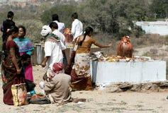 Hinduiska fantaster utför puja till lordsivaen som göras ut ur stenen royaltyfri bild