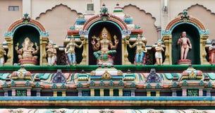 Hinduiska gudar på en tempelfasad Arkivfoton