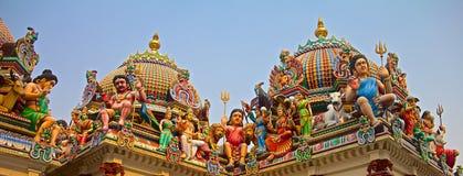 Hinduiska gudar på ett tempeltak Arkivbild