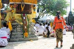Hinduiska kvinnor för Balinese som ber på den sakrala platsen i Uluwatu, Bali Arkivfoton