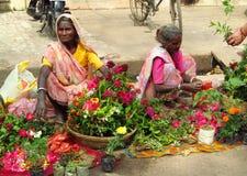 Hinduiska kvinnor i indisk gatamarknad Arkivbilder