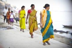 hinduiska kvinnor på de sakrala Ganges River bankerna Royaltyfri Fotografi