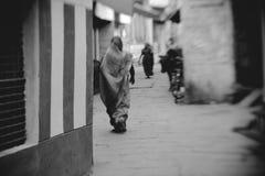 Hinduiska kvinnor på gatorna av den sakrala Varanasi gamla staden Arkivfoton