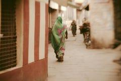 Hinduiska kvinnor på gatorna av den sakrala Varanasi gamla staden Fotografering för Bildbyråer