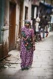 hinduiska kvinnor på gatorna av sakrala Varanas Arkivfoto