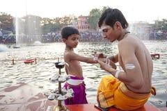 Hinduiska präster på Kumbh Mela Arkivfoton