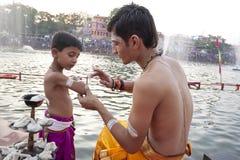 Hinduiska präster på Kumbh Mela Arkivbilder