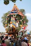 Hinduiska präster som står på den dekorerade triumfvagnen under festival, Ahobilam, Indien Arkivfoto