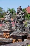 Hinduiska statyer för Balinese i den Klungkung slotten, Semarapura Royaltyfria Foton