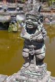 Hinduiska statyer för Balinese i den Klungkung slotten, Semarapura Arkivbild