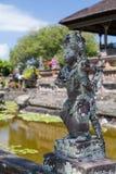 Hinduiska statyer för Balinese i den Klungkung slotten, Semarapura Arkivfoto