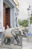 Hinduiska statyer för sten för tempelingångselefant Royaltyfri Fotografi
