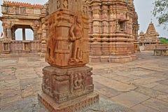 Hinduiska tempel i Bijolia, Rajasthan, Indien, med carvings i förgrunden Bijolia lokaliseras 50 km från Bundi Royaltyfri Bild