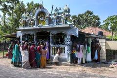 Hinduiska worshippers samlar runt om en lilla hinduiska Kovil i nordliga Sri Lanka royaltyfri foto