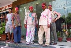 Hinduiskt folk som firar festivalen av färger Holi i Indien Arkivbild