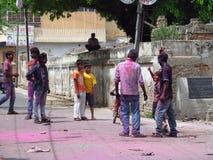 Hinduiskt folk som firar festivalen av färger Holi i Indien Royaltyfri Fotografi