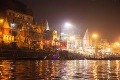 Hinduiskt folk som håller ögonen på den religiösa Ganga Aarti ritualen Royaltyfria Foton
