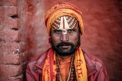 Hinduiskt helgon eller sadhu som poserar för ett foto arkivbilder