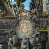 Hinduiskt symbol på ingången av Pura Besakih arkivbild